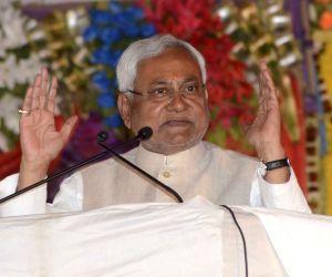 Nitish celebrates Holi, no festivities for Lalu