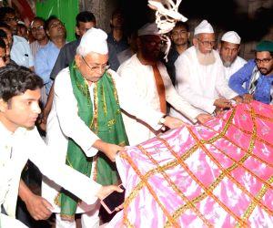 Manar (Bihar): Bihar CM Nitish offers chadar at dargah