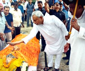 Bihar Chief Minister Nitish Kumar pays homage to his father-in-law late Krishna Nandan Kumar Sinha ahead of his last rites, in Patna on Aug 13 2018.