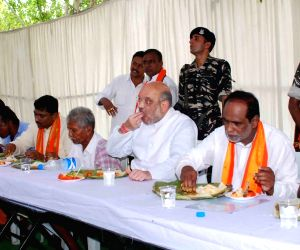 Amit Shah haves lunch with farmers