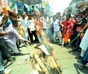 BJP workers burn effigies of Lalu, Nitish in Bihar