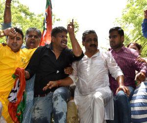 BJP workers demonstrate outside Kejriwal's residence