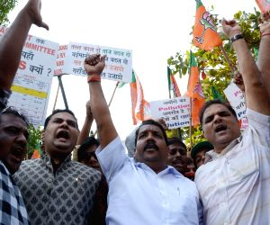 BJP workers protest against Maharashtra Government
