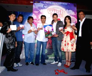 Bollywood Actor Aftab Shivdasani and Aamna Sharif pose for the photographers during the music release of forthcoming film 'Aao Wish Karein' in Mumbai on Friday, 23 October 2009.