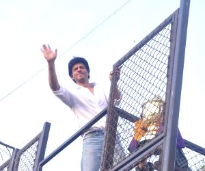 Shahrukh Khan showcases KKR's IPL trophy