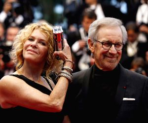 """U.S. director Steven Spielberg and his wife, actress Kate Capshaw, attend the premiere of French director Arnaud Desplechin's film """"Jimmy P. Psychotherapy .."""