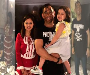 Dhoni's WC b'day bash with family, teammates