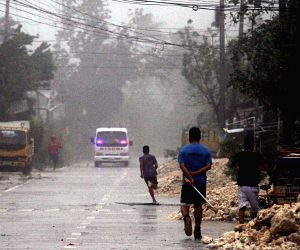 Cebu (Philippines): Residents run for safety due to strong winds and heavy rains brought by typhoon Hagupit