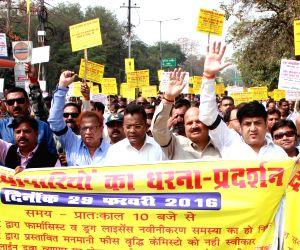 : (290216) Lucknow: Chemists' demonstration