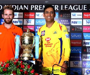 Chennai Super Kings captain MS Dhoni and Sunrisers Hyderabad captain Kane Williamson with IPL 2018 trophy on the eve of the final match in Mumbai on May 26, 2018.