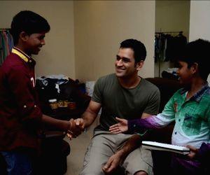 Kaakka Muttai child artists meet MS Dhoni