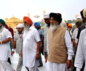 Parkash Singh Badal paying obeisane at Golden Temple
