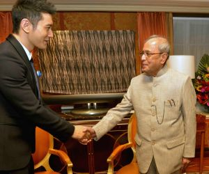 Chinese actor calls on President Pranab Mukherjee