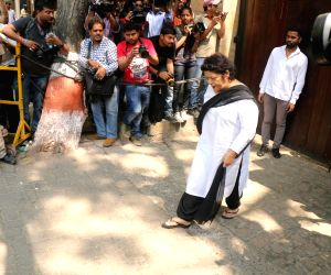 Saroj Khan arrive to stand by grief struck Kapoor family