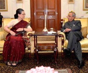 Sonia Gandhi calls on President Mukherjee