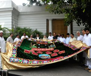 Sonia Gandhi hands over the 'Chaadar' to party delegation