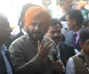 Navjot Singh Sidhu speaking to mediaon Rahul Ganhdi's nomination