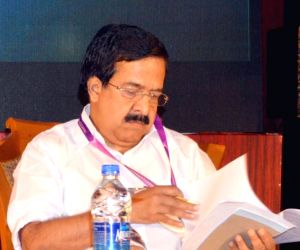 'Kerala CM and his cabinet suffering from Alzheimer's'
