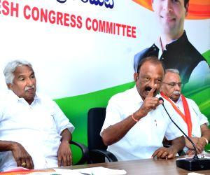 Congress leaders Oommen Chandy, Raghu Veera Reddy, and KVP Ramachandra Rao during a party programme in Vijayawada in Sept 24, 2018.