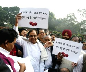 Congress MPs protesting against price rise of onion