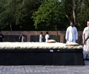 Sonia Gandhi and Rahul Gandhi paying homage to Rajiv Gandhi
