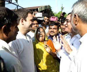 Rahul Gandhi interacting with street vendors