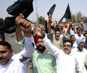 Congress workers show black flags to Delhi CM