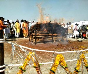 Hoshangabad: Anil Dave cremated on Narmada's banks in MP
