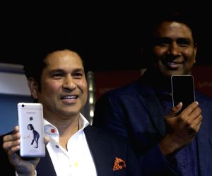 : New Delhi: Sachin launches Smartron srt.phone