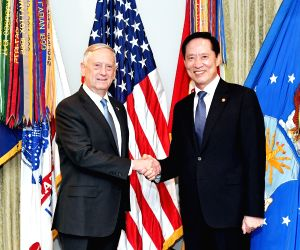 Defense Minister Song Young-moo (R) shakes hands with U.S. Defense Secretary Jim Mattis ahead of a meeting at the Pentagon in Washington, D.C. on Aug. 30, 2017.