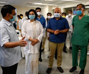 New Delhi: Arvind Kejriwal, Manish Sisodia visit India's first plasma bank at ILBS Hospital
