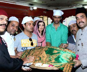 """Starcast of  """"Ishq Ke Parindey"""" visits Nizamuddin Dargah"""