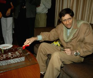 Dev Anand celberates birthday with media