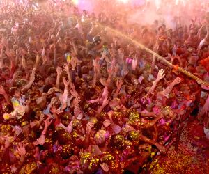 devotees-celebrates-holi-at-govind-devji-temple