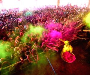 devotees-celebrating-holi-at-govind-devji-temple
