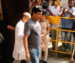Madhur Bhandarkar arrives to stand by grief struck Kapoor family