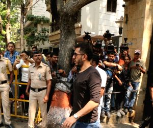 Ritesh Sidhwani arrive to stand by grief struck Kapoor family