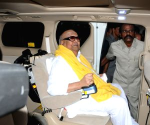 Tamil Nadu Assembly polls - Karunanidhi arrives to cast his vote
