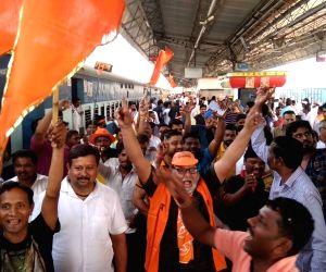 Shiv Sena workers head to Ayodhya ahead of Uddhav Thackeray's visit