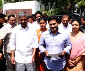 Jaganmohan Reddy meets Governor