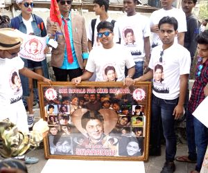 Fans celebrate Shah Rukh Khan's 52nd birthday