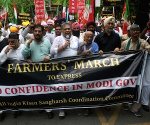 Yogendra Yadav, Medha Patkar join farmers' demonstration