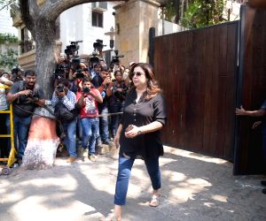 Farah Khan arrive to stand by grief struck Kapoor family