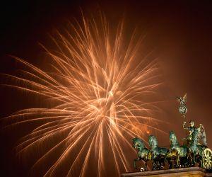 fireworks-light-the-sky-over-the-brandenburg-gate