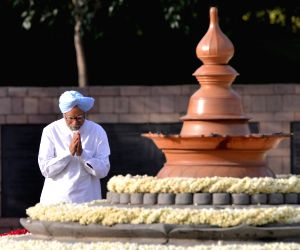 Former Prime Minister Manmohan Singh pays homage to former Prime Minister Rajiv Gandhi on his 27th death anniversary at Vir Bhumi in New Delhi on May 21, 2018.