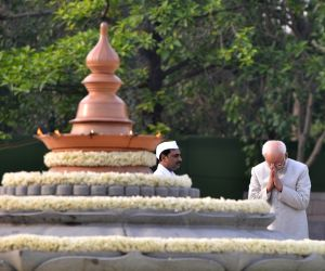 Former Vice President Mohammad Hamid Ansari pays homage to former Prime Minister Rajiv Gandhi on his death anniversary, in New Delhi, on May 21, 2019.