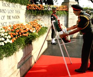 TN CM lays wreath at Victory War Memorial