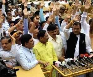 Gujarat Congress MLAs meets Karnataka Governor