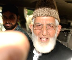Hurriyat leader meets Pakistan envoy after talks called off