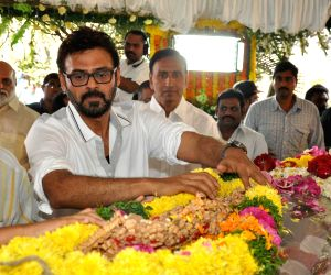 Celebrities pay tribute to Daggubati Ramanaidu